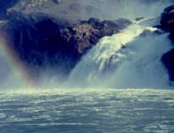 <h5>Arsuk-fjorden</h5><p>Billede 6: © Dan Schou. Billedet er tage i Arsuk-fjorden og det er Fox-vandfaldet, med regnbue i vand-tågen. Det er taget sommeren 1963.</p>