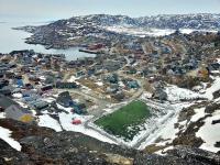 <h5>Qaqortoq</h5><p> © Kunuk Mølgaard Motzfeldt. Billede over byen, hvor du har kunststof fodboldbanen i forgrunden.</p>