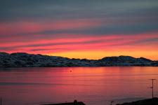 <h5>Nuuk</h5><p>Billede 59: © Karen Motzfeldt og Lars Geraae. Billederne er taget natten til den 1. juni 2015. Lige efter midnat tror jeg det var. Det er udsigten over Nordlandet fra vores hjem i Nuussuusaq (Nuuk). Fanget midt imellem dage med trist og kedeligt vejr.</p>