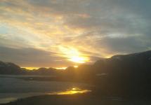 <h5>Qaqortoq </h5><p>Photo/foto © Jensine Brummerstedt Egede. Et smukt billede ud over Storesøen.</p>