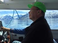 <h5>Nuuk</h5><p>© Asii Chemnitz Narup. Asii har taget dette billede af skipperen på en sejltur. Den grønlandske natur har vist sig fra sin smukkeste side, kan du se ud af vinduerne.</p>
