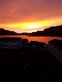 <h5>Qaqortoq</h5><p>Solnedgang over Storesøen <3  © Susanne Heilmann</p>
