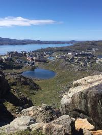 <h5>Qaqortoq</h5><p>Billedet er taget fra toppen af Storefjeldet over byen. © Aviaaja Faurschou Skærlund</p>
