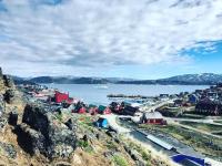 <h5>Qaqortoq</h5><p>Billede over havnen. Photo/foto © Nuka Korsgaard</p>
