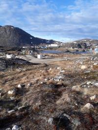 <h5>Qaqortoq</h5><p>Billedet taget ude fra Storesøen, hvor man kan se den del af byen og Storefjeldet til venstre. Photo/foto © Susanne Heilmann</p>